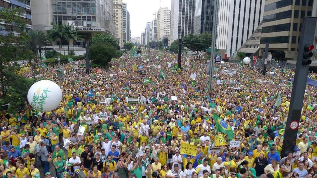 Foto acima como as demais deste post são todas das manifestações na capital paulista no histórico dia 13 de março último. [Fotos: PRC]