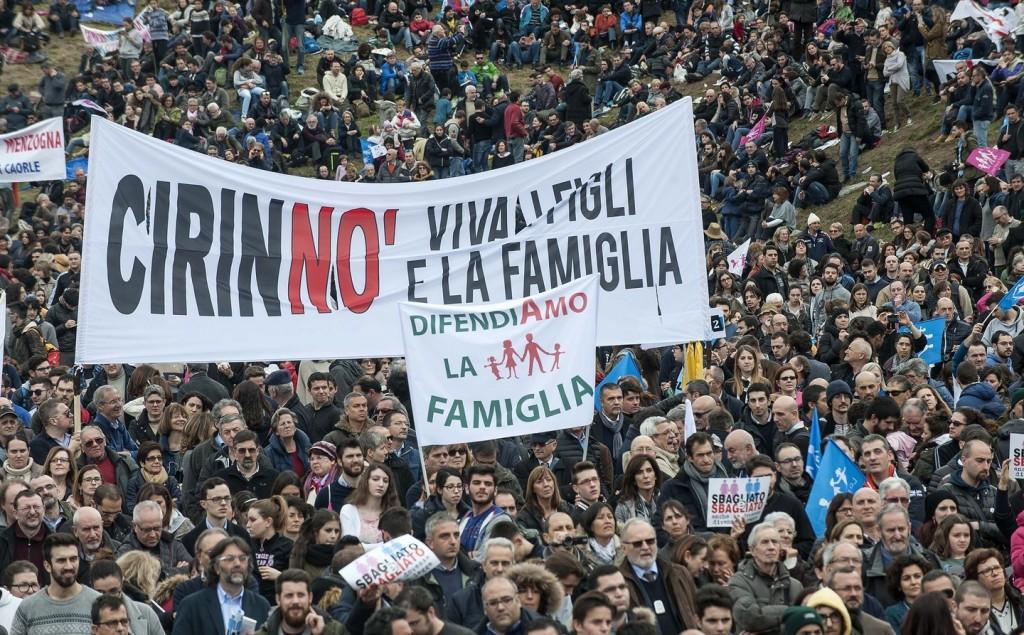 O povo do Family Day [foto] é um povo que perdeu uma batalha, mas que deseja prosseguir a guerra. E que já está se mobilizando para um referendo a fim de revogar integralmente a lei que vai introduzir as uniões homossexuais na Itália.