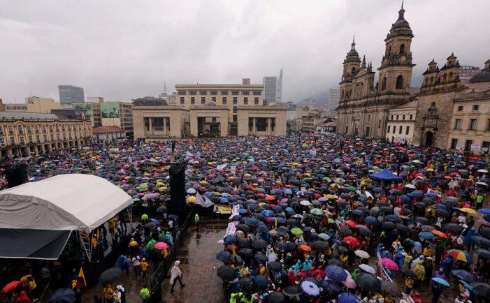 COLÔMBIA — manifestações contra o governo por favorecer os terroristas das FARC