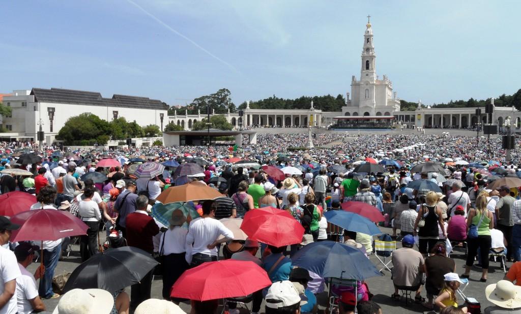 Peregrinos junto ao Santuário de Nossa Senhora em Fátima