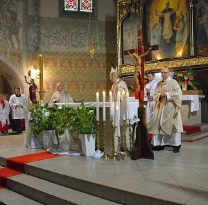 O bispo diocesano proclama o milagre eucarístico no santuário de São Jacinto.