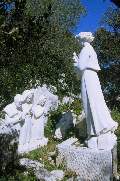 Conjunto escultural representando a aparição do Anjo de Portugal aos três pastorinhos de Fátima, na Loca do Cabeço, perto de Aljustrel