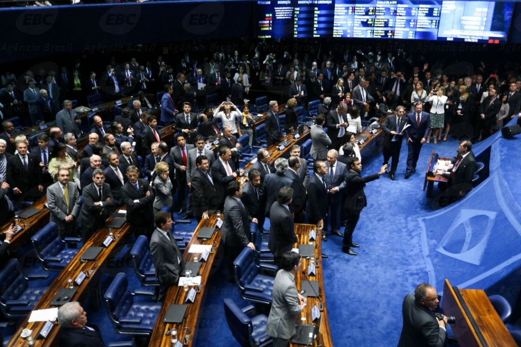 Plenário do Senado no dia 12 em que se aprovou o impeachment da presidente Dilma Rousseff [Foto Marcelo Camargo/Agência Brasil]