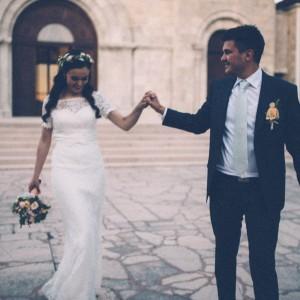 Recém-casados frente à Igreja da Assunção  símbolo de Siroki-Brijeg