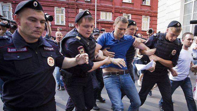 Opositores russos agredidos por agentes de Putin