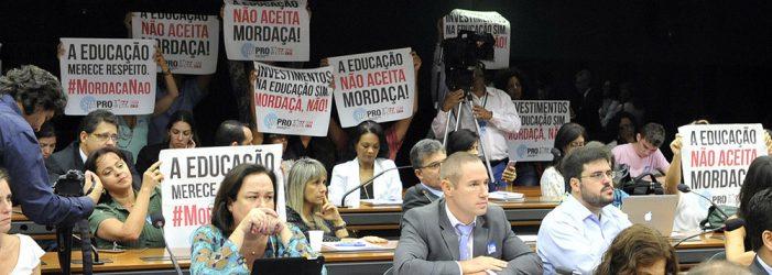 """Brasil: pais e mães de família lutam para """"despetetizar"""" a educação"""
