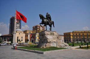 Monumento em homenagem a Skanderbeg na capital albanesa
