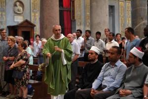 Na belíssima Basílica de Santa Maria in Trastevere (Roma), os maometanos Ben Mohamed e Sami Salem, de costas para o Evangelho, falaram e fizeram orações do Islã... Lamentavelmente, o mesmo ocorreu em outras igrejas da Itália e da França.