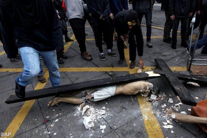 Satânica profanação pública de imagem de Cristo no Chile