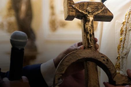 Blasfemo crucifixo com a foice e o martelo que o presidente da Bolivia, Evo Morales, deu ao Papa