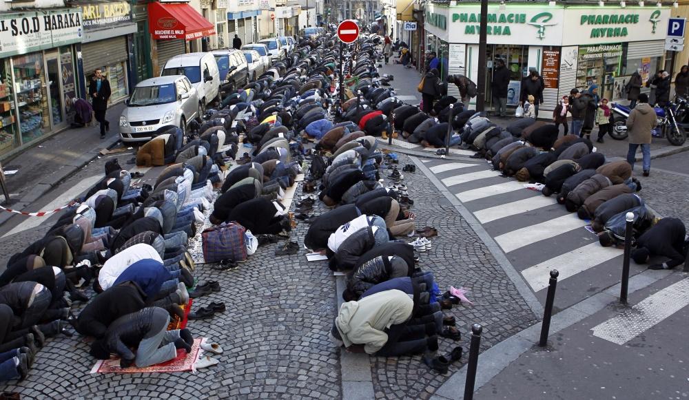 Uma rua de Paris tomada por maometanos