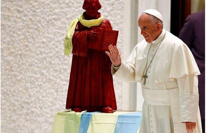 No referido encontro com luteranos, vemos na foto, ao lado do Papa Francisco, que foi colocada uma imagem do herege Lutero