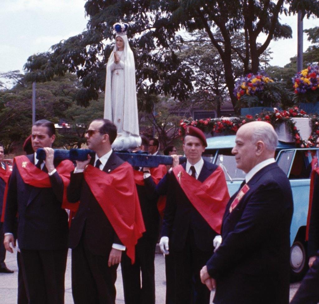 Plinio Corrêa de Oliveira acompanhando a Imagem Peregrina de Nossa Senhora de Fátima, em visita ao Brasil nos anos 70