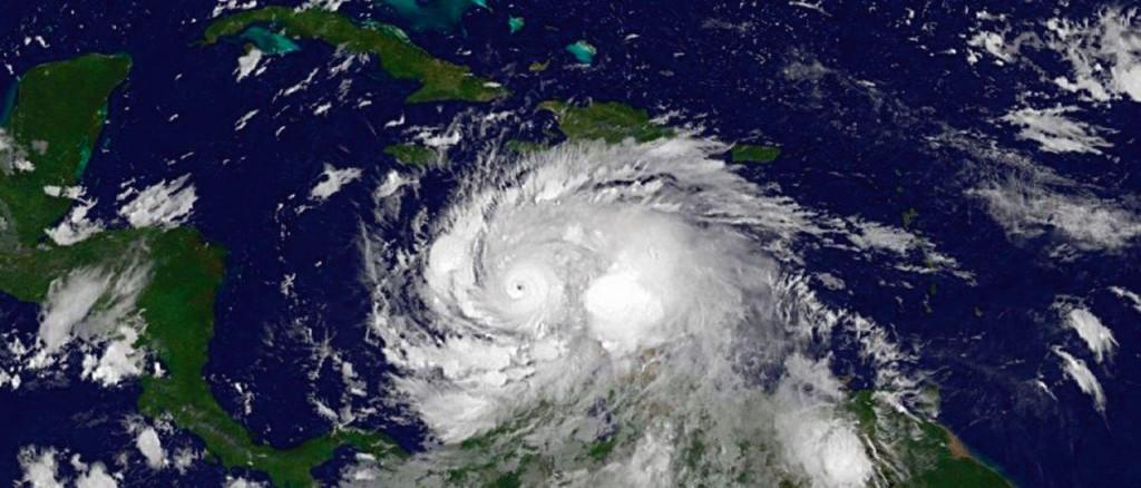 No dia da votação, a cauda do errático furacão Matthew tocou a costa do Caribe colombiano — sobretudo o departamento (estado) costeiro de Magdalena, bastião eleitoral de Santos e mais favorável ao SIM —, descarregando chuvas torrenciais e causando inundações que impediram muitos de saírem de casa para votar.
