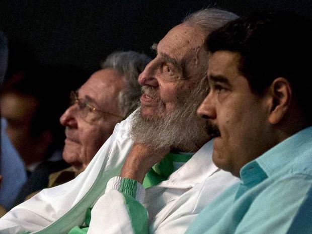 Fidel Castro quando completou 90 anos em agosto passado, ladeado por Raul Castro e Nicolás Maduro