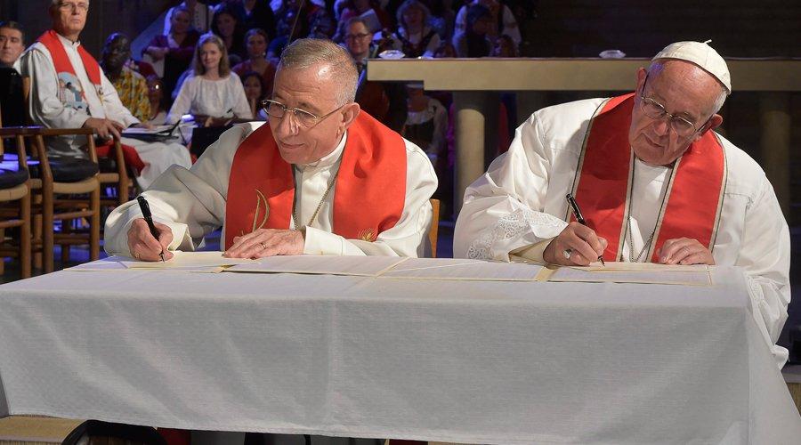"""O Papa Francisco e o pastor luterano Martin Junge assinam uma """"Declaração Conjunta"""" na igreja luterana de Lund (Suécia)"""