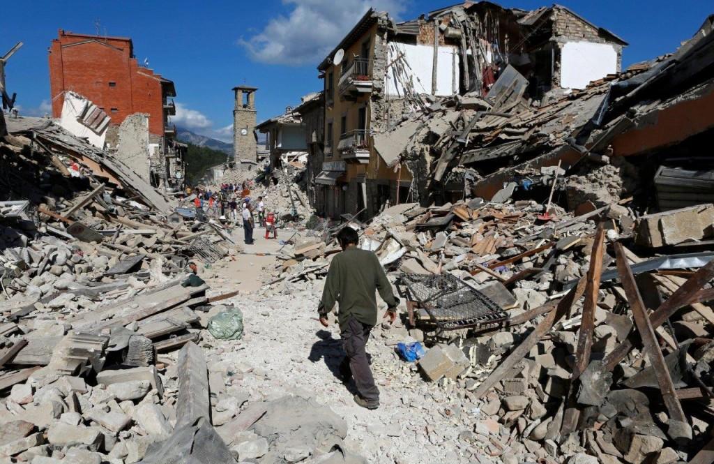 Uma das cenas desoladoras do forte terremoto (6,2º) que atingiu o centro da Itália, em 24 de agosto último. Acima, a cidade de Pescara del Tronto.