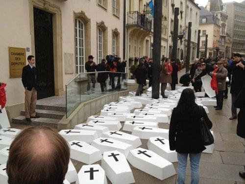 Manifestação da Federação Pró-Europa Cristã diante do Parlamento de Luxemburgo, no dia em que se votou a legalização do aborto nesse país.