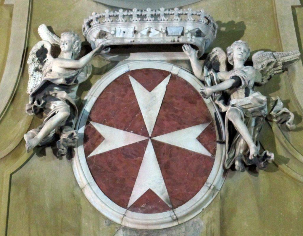 Brasão de Armas dos Cavaleiros da Ordem de Malta (na fachada da igreja de San Giovannino dei Cavalieri em Florença