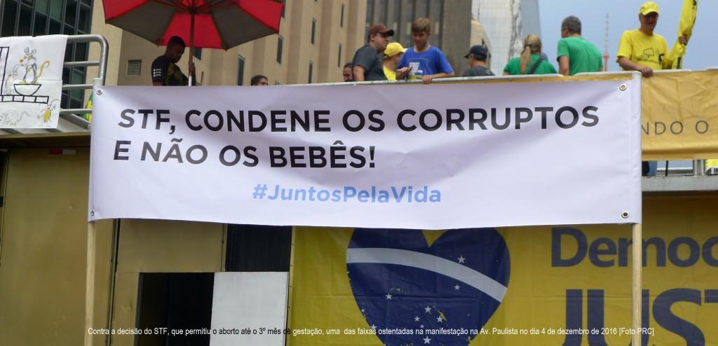 Contra a decisão do STF, que permitiu o aborto até o 3º mês de gestação, uma das faixas ostentadas na manifestação na Av. Paulista no dia 4 de dezembro de 2016 [Foto PRC]
