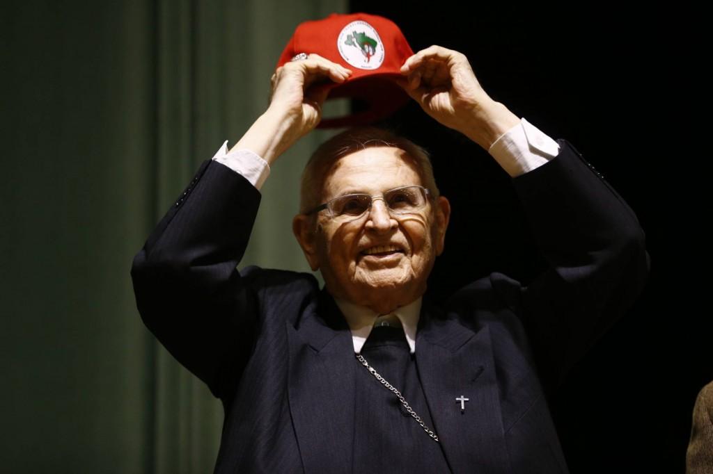 Dom Paulo Evaristo Arns colocando o boné do MST