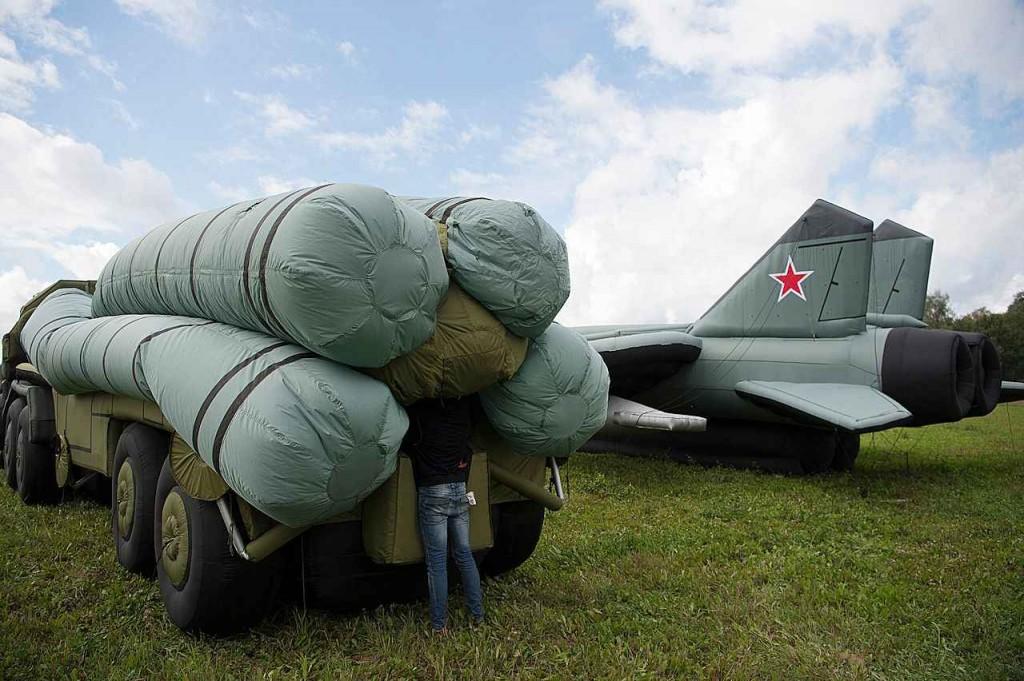 """Inflando um """"caminhão com mísseis"""" perto de um """"MIG 31"""" já pronto, ou melhor, já inflado..."""