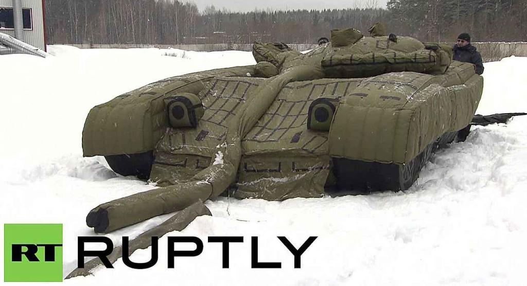 O tanque T80 sendo montado para enganar satélites americanos