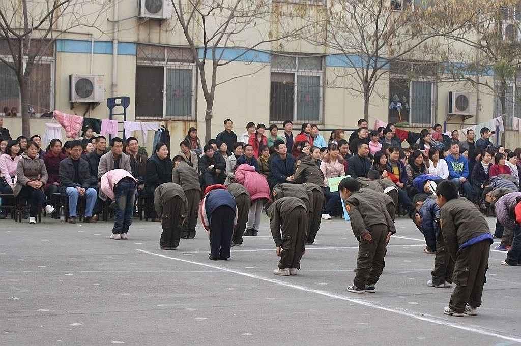 Alunos do curso primário agradecem a seus pais por tê-los enviado à escola. O espírito revolucionário recua na China