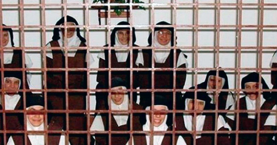 Carmelitas fotografadas na clausura do convento