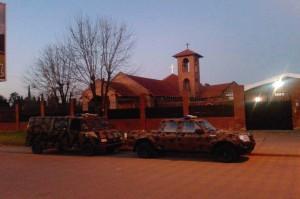 Carros da polícia no dia da invasão do convento das Carmelitas Descalças de Nogoyá, na Argentina