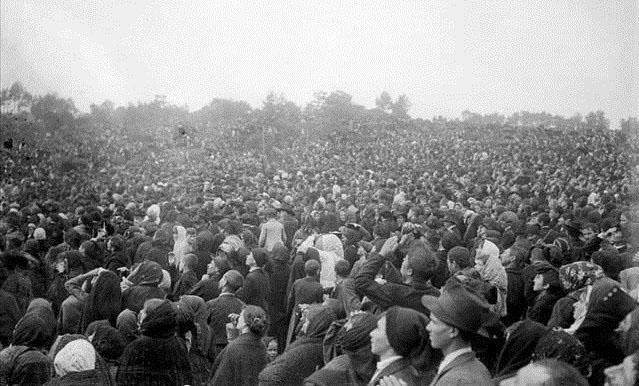 """Na Cova da Iria, na sexta aparição de Nossa Senhora de Fátima, em outubro de 1917, parte da multidão testemunhou o impressionante """"Milagre do Sol"""""""