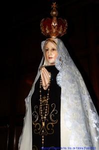 """Na sexta aparição de Nossa Senhora em Fátima, quando ocorreu o """"Milagre do Sol"""", Ela se fez ver revestida com o Escapulário do Carmo."""