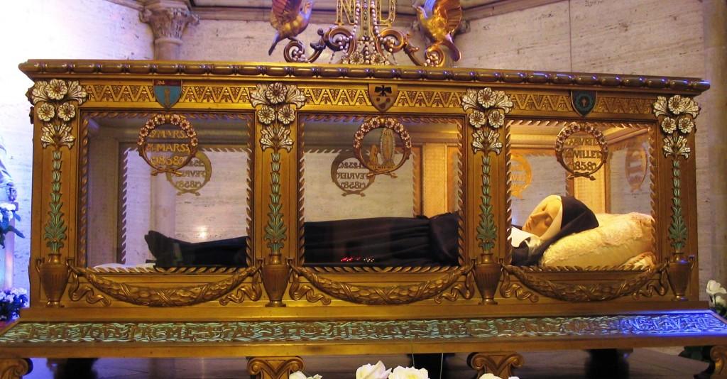 Na urna-relicário, o corpo de Santa Bernadette Soubirous, na cidade francesa de Nevers