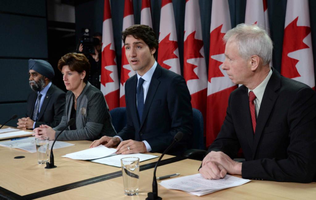 Da esquerda para a direita o Ministro da Defesa, Harjit Sajjan, a Ministra do Desenvolvimento Internacional, Marie-Claude Bibeau, o Primeiro-Ministro Justin Trudeau e o ministro dos Negócios Estrangeiros, Stephane Dion