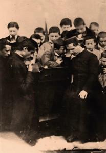 São João Bosco atendendo seus alunos em confissão
