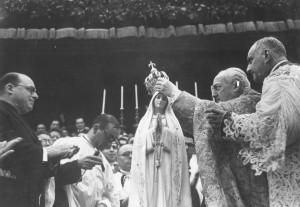Em Fátima, no local das aparições, o Cardeal Benedetto Aloisi Masella, enquanto representante do Papa Pio XII, coroa pela primeira vez a imagem de Nossa Senhora em 13 de maio de 1946.