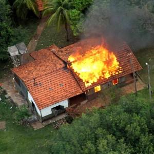 Fazenda Buriti invadida e incendiada por índios teleguiados pelo CIMI, organismo vinculado à CNBB