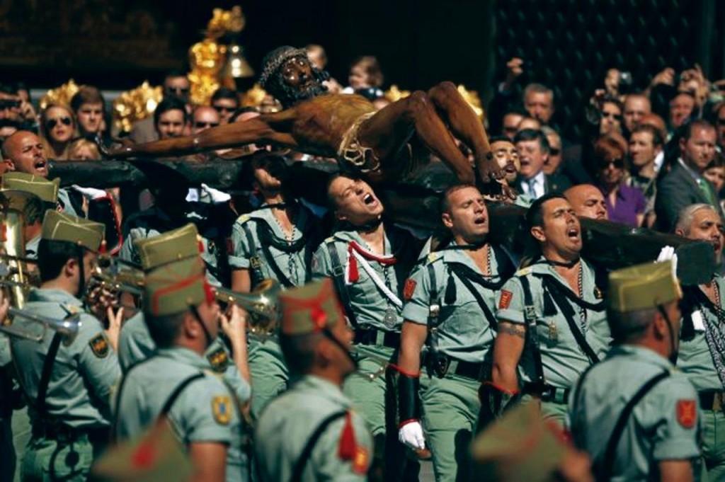 """Legionários espanhóis, em Málaga, portam o Cristo da Boa Morte cantando o hino """"soy el novio de la muerte"""" (sou enamorado da morte)."""