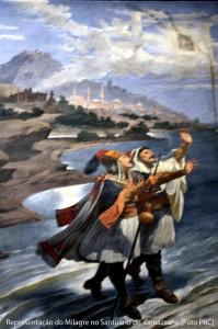 Os dois devotos de Nossa Senhora acompanham sua imagem no momento dela abandonar a Albânia