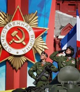 """""""A Rússia espalhará seus erros pelo mundo""""... Soldados do exército russo no desfile comemorativo da data da Revolução Comunista"""