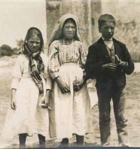Não causa surpresa as fisionomias de espanto dos Três Pastorinhos de Fátima, pois esta foto foi feita logo após Nossa Senhora ter-lhes mostrado o inferno