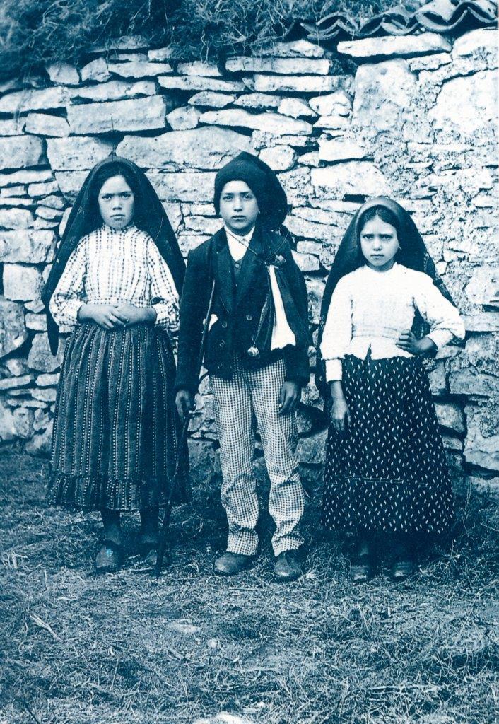 Lúcia dos Santos (aos dez anos de idade) e seus dois primos: Francisco Marto (de nove anos) e Jacinta Marto (de sete anos).