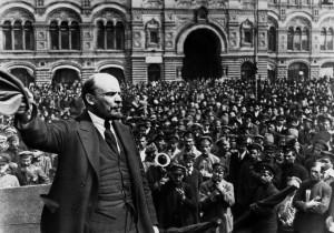 Lenine arenga os bolcheviques que derrubaram o Czar e implantaram o comunismo na Rússia