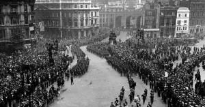 Desfile da vitória nas ruas de Londres, comemorando o triunfo sobre o nazismo e o fim da Segunda Guerra Mundial