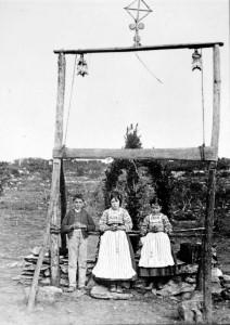 Os três videntes de Fátima junto ao arco levantado no local das aparições, em 13 de outubro de 1917