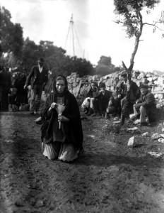 Foto de uma senhora fazendo peregrinação de joelhos no local das aparições.  Oração, sacrifício e reparação — atos que comprazem a Deus e à sua Mãe Santíssima.