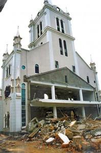 Igreja Católica destruída, pois não alinhada  ao governo comunista, mas fiel a Roma