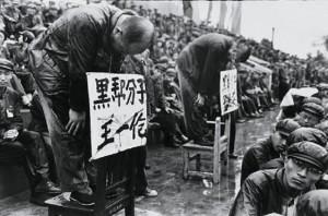 """Católicos foram humilhados, perseguidos e executados durante  a """"Revolução Cultural"""" promovida pelo sanguinário Mao Tsé-Tung"""