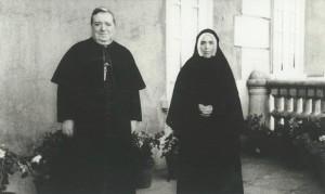 Irmã Lúcia com Dom José Alves Correia da Silva, Bispo de Leiria, em 1946.