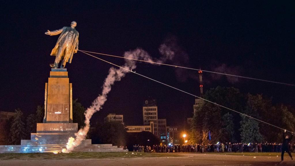 Derrubamento de estátuas de Lenin, símbolo do naufrágio das esquerdas